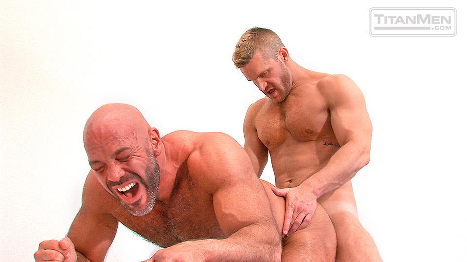 muscly amateur gets ass fucked