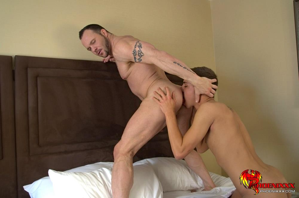 Im-Your-Boy-Toy-Phoenixx-Jordan-Thomas-And-Drew-Sumrok-Twink-Fucking-A-Muscle-Daddy-Amateur-Gay-Porn-08 Muscle Daddy Drew Getting Fucked By A Big Cock Twink